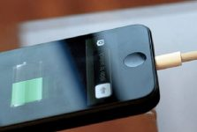 3 cách làm sạch lỗ cắm sạc iphone cho bạn tham khảo